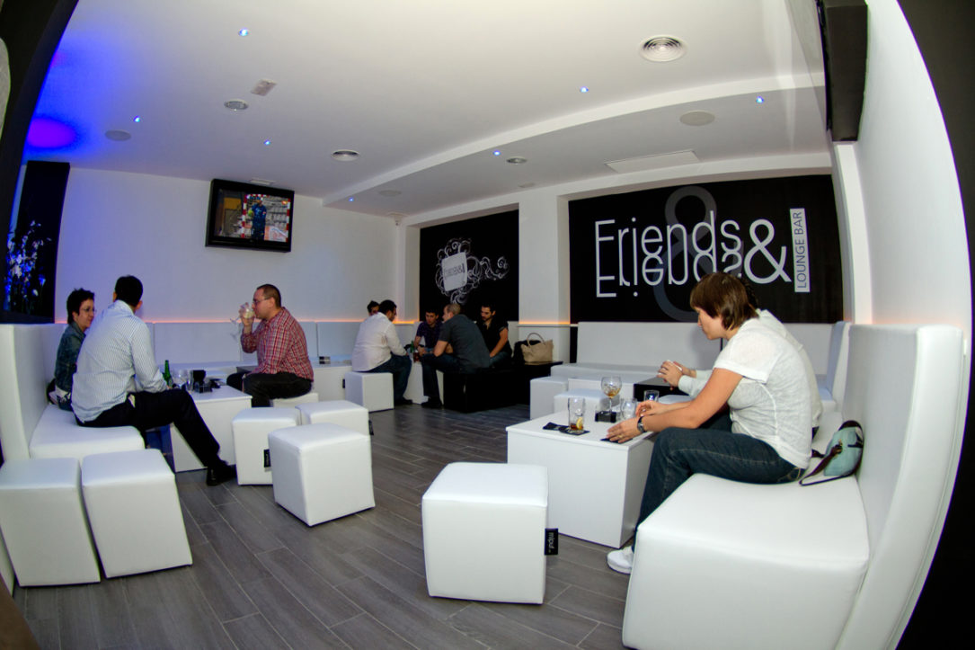Mipuf en friends lounge bar mipuf - Decoracion san sebastian de los reyes ...