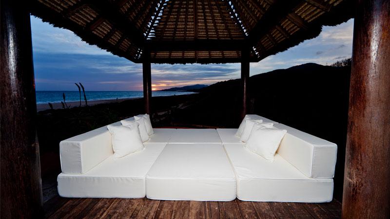 Un coj n que puede ser puff sill n sof o cama - Sofas para exterior ...